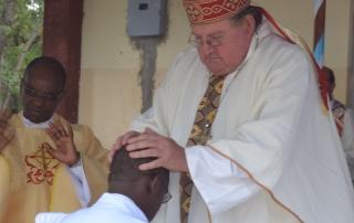 Abraham Sireu wird von Bischof Morris Crowley zum Priester geweiht