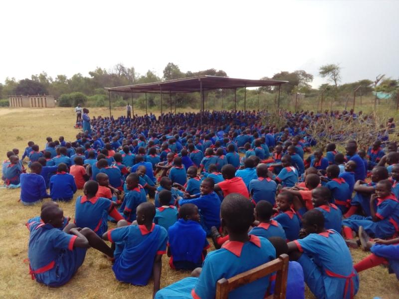 Mädchen der Girls Primary School beim täglichen Gebet