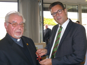 Pater Schmidpeter mit Minister Hauk