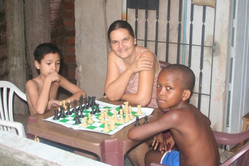 Barbara Ludewig beim Schach spielen in Brasilien