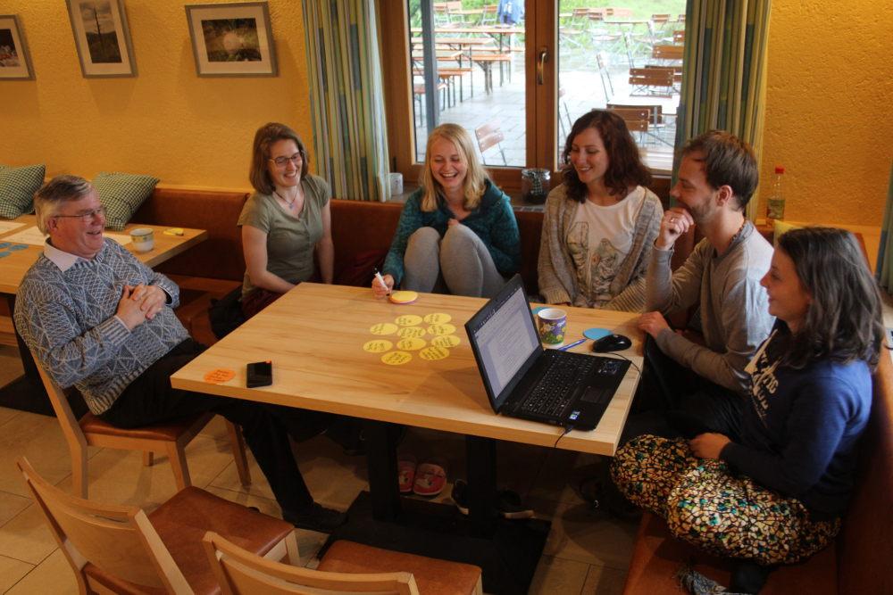 Sie haben Spaß bei der Seminarplanung: Pater Georg, Miriam, Melanie, Eva, Lukas und Lea