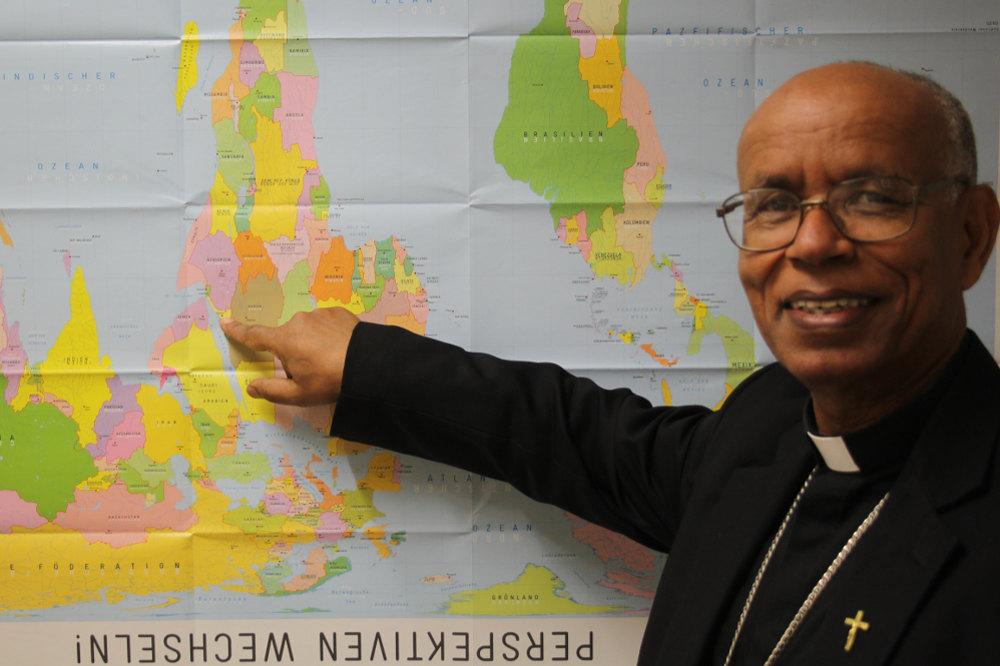 Erzbischof Menghesteab Tesfamariam zeigt Eritrea auf der Weltkarte