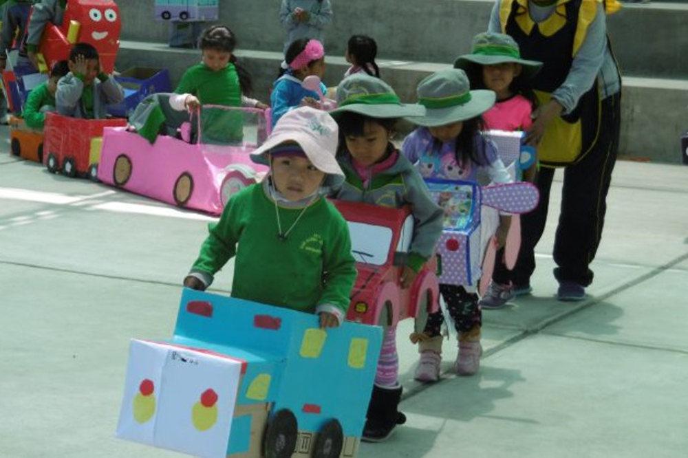"""Kinder des Kindergartens """"San Daniel Comboni"""" beim Verkehrsunterricht"""