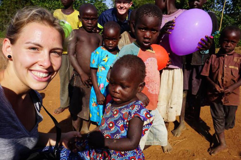Missionarin auf Zeit Paulina Konle mit Kindern in Alenga, Uganda