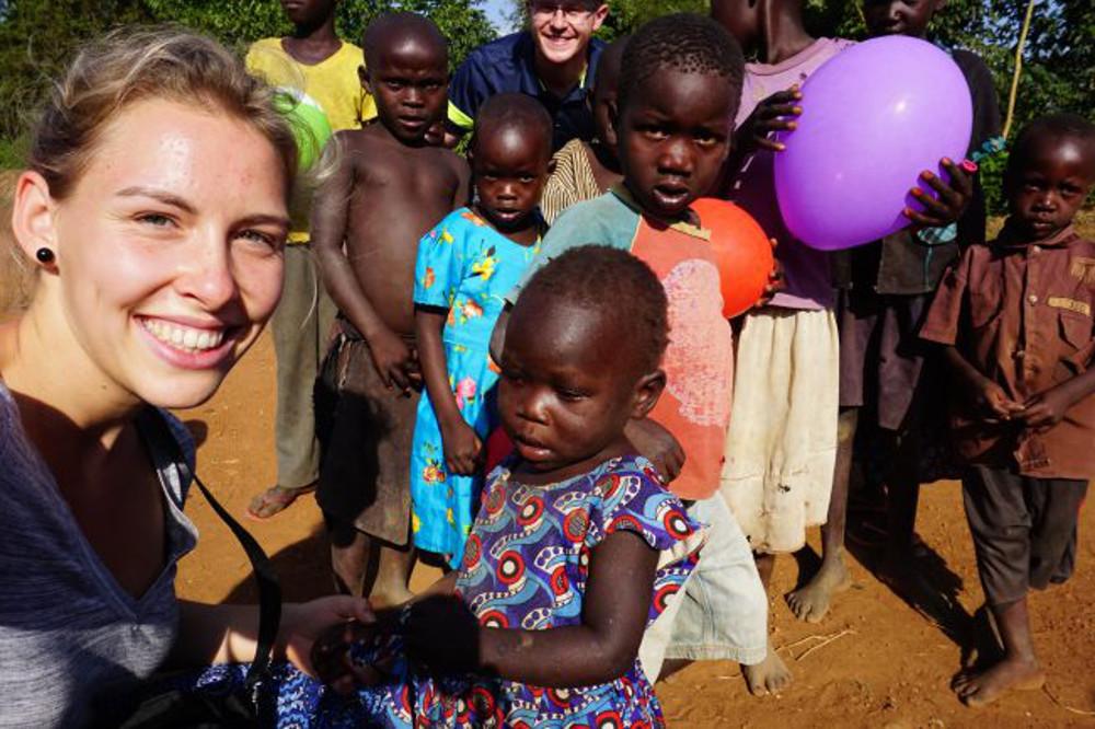 Paulina mit Kindern in Alenga