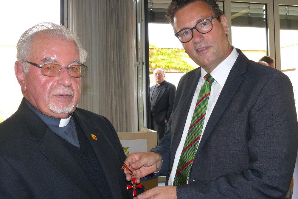 Pater Schmidpeter bekommt von Minister Hauk das Bundesverdienstkreuz überreicht