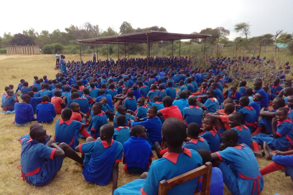 Mädchen der Girls Primary School beim täglichen Gebet.