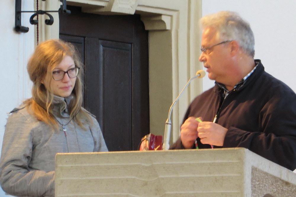 Bruder Friedbert überreicht Katharina die Geschenke