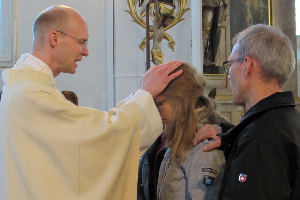 Katharina wird von Pfarrer Reiner gesegnet
