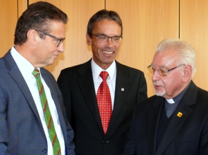 Pater Josef Schmidpeter mit Minister Hauk sowie Oberbürgermeister Karl Hilsenbek von Ellwangen