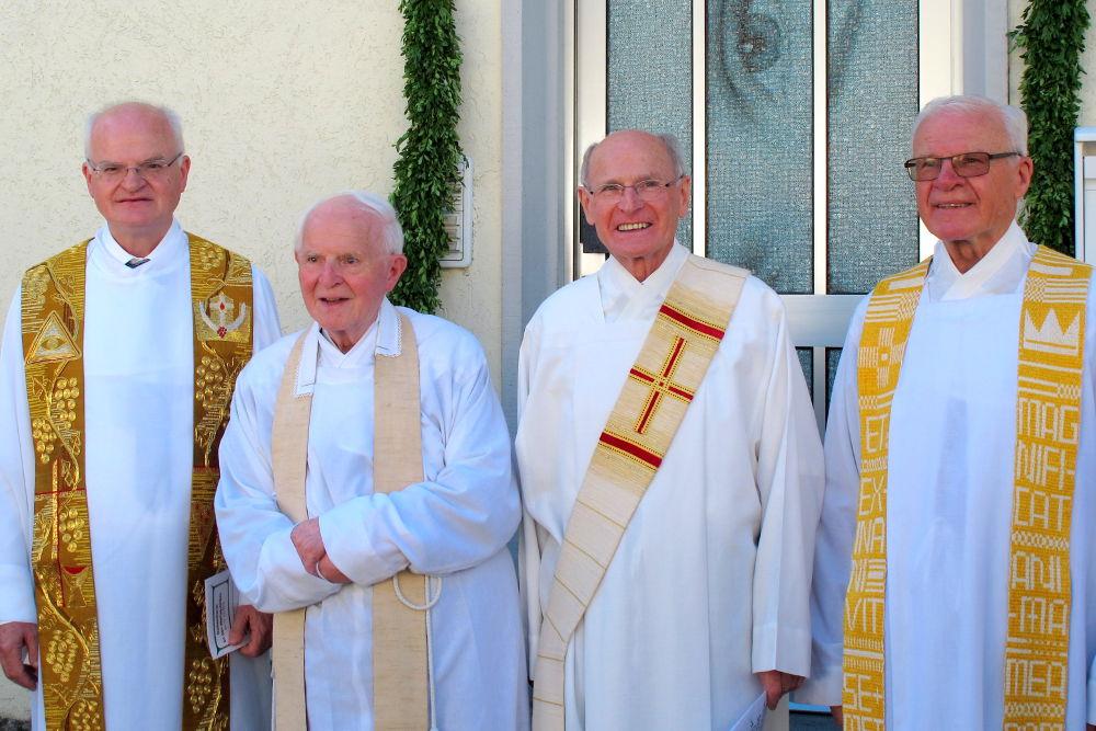 Die Jubilare (v.l.): Pfarrer Hermann Weiß, Pater Aurelian Weiß, Diakon Bernhard Weiß und Pater Alois Weiß