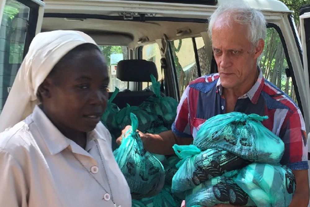 Bruder Bernhard Hengl organisiert Lebensmittel und gibt sie an Missionsstationen weiter