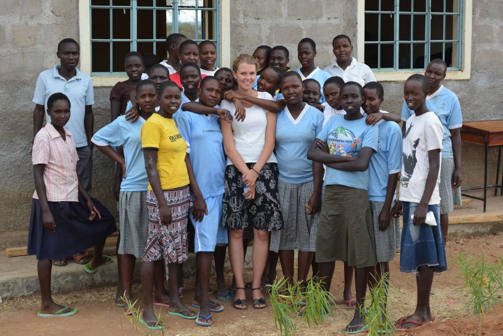 Missionarin auf Zeit Johanna Weis mit ihrer Schulklasse in Kacheliba, Kenia