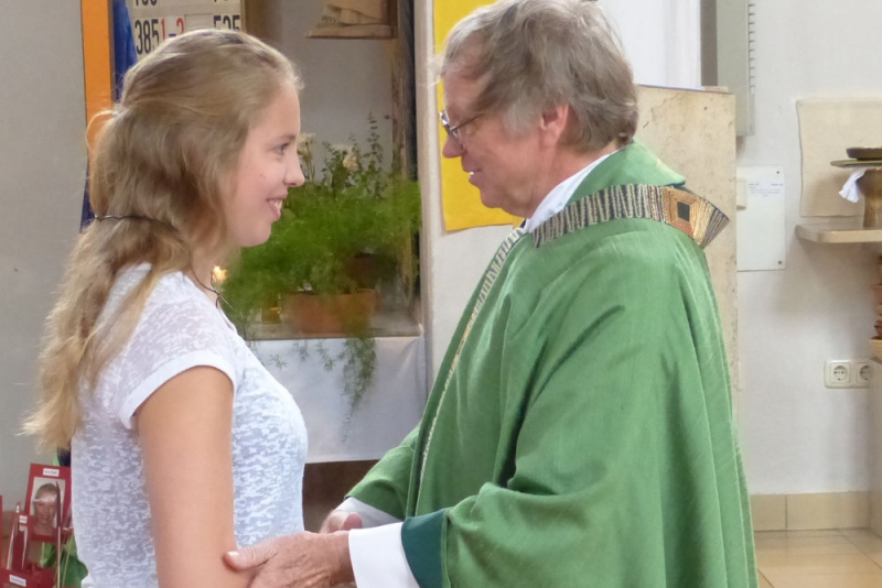 Pater Herbert Gimpl wünscht Lena alles Gute
