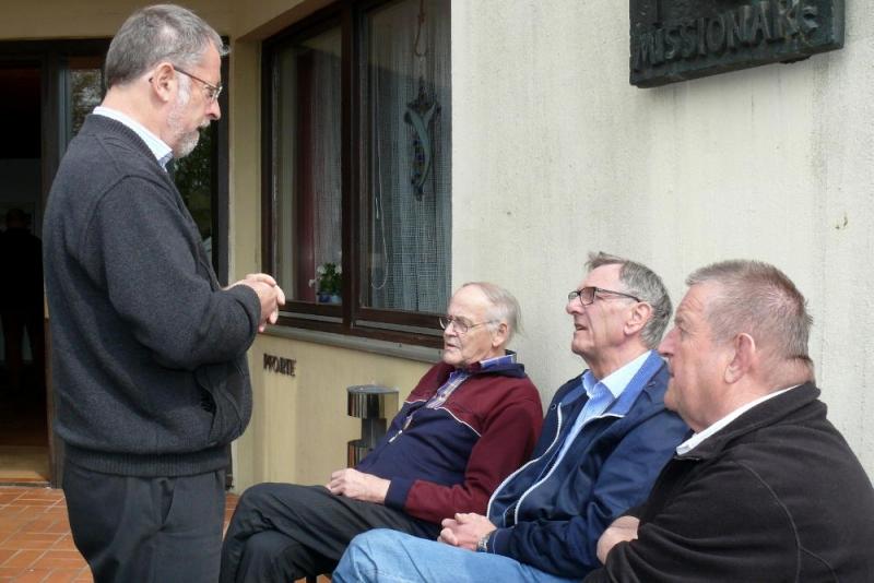Von links: Pater Provinzial Karl Peinhopf mit Bruder Bruno Haspinger, Bruder Hans Dieter Ritterbecks und Bruder Siegfried Ruch während einer Pause