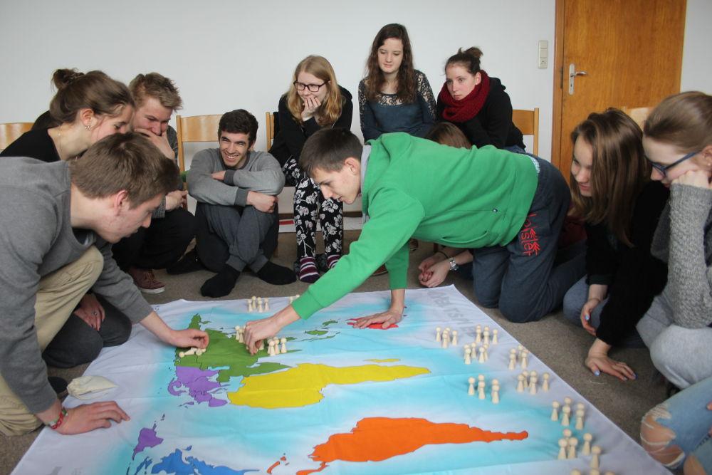 Wie viele Menschen leben jeweils auf den Kontinenten? Unsere MaZ diskutieren und schätzen die Zahlen