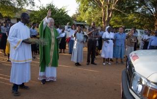 Matany (Uganda): Segnung eines Ambulanzfahrzeugs für das St. Kizito Hospital durch Pater Josef Altenburger; Foto: Ernst Zerche