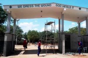 Matany (Uganda): Zufahrt zum St. Kizito Hospital