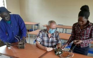 Bruder Konrad Tremmel beim Unterricht in der technischen Schule Gulu (Uganda)